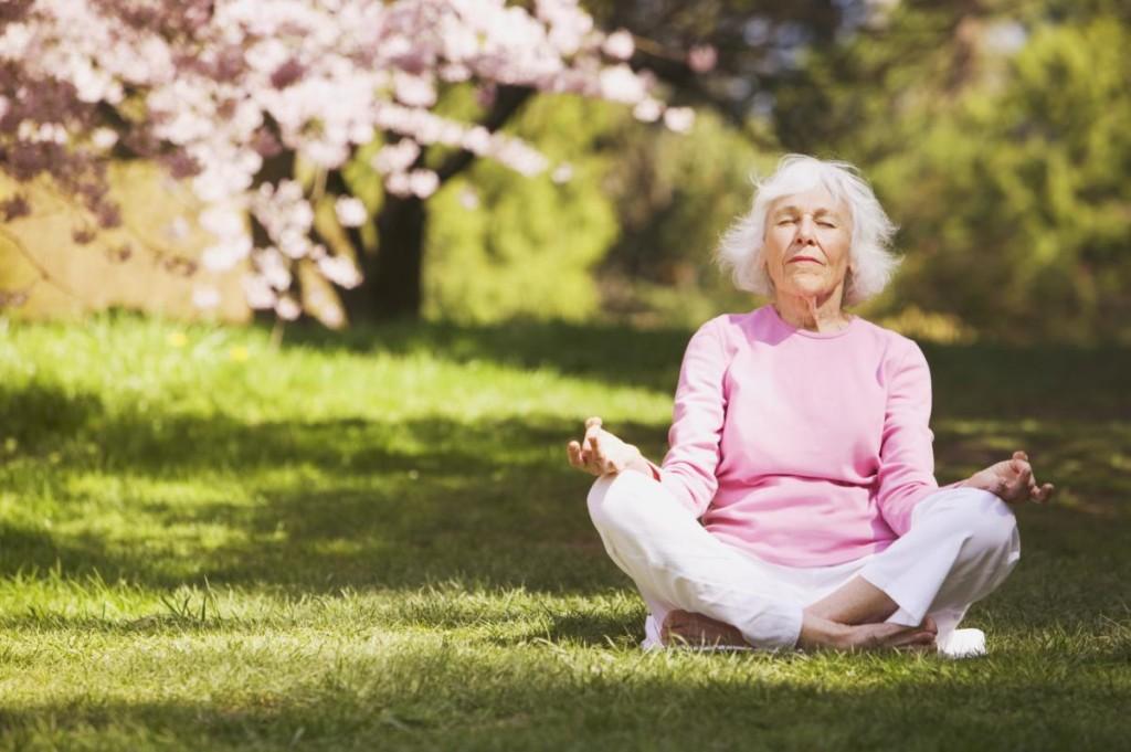 пожилой человек медитирует