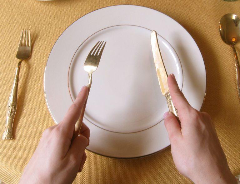 как держать нож и вилку