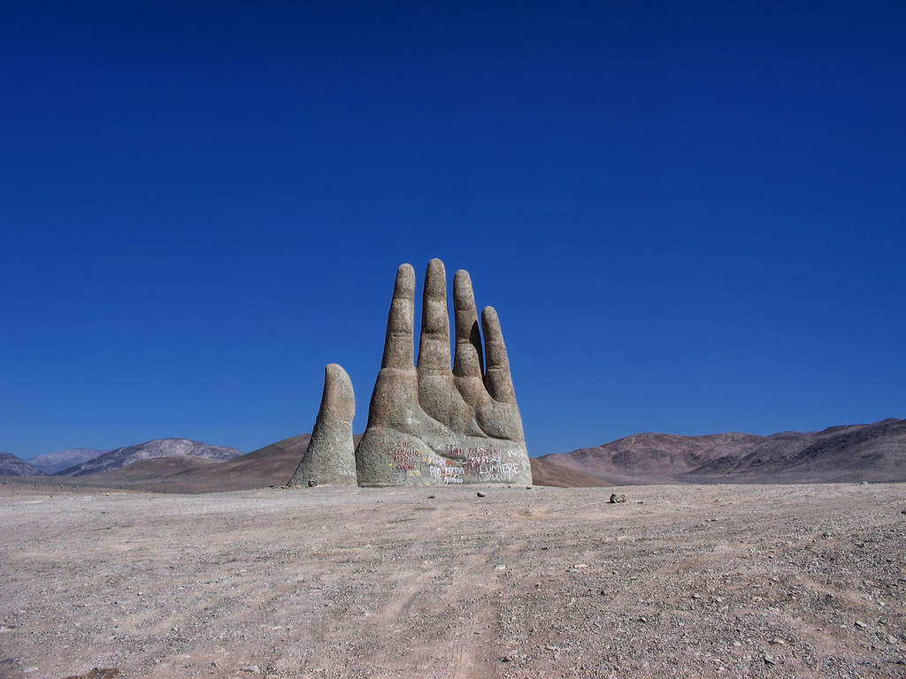Гигантская рука в путсыне Атакама, Чили