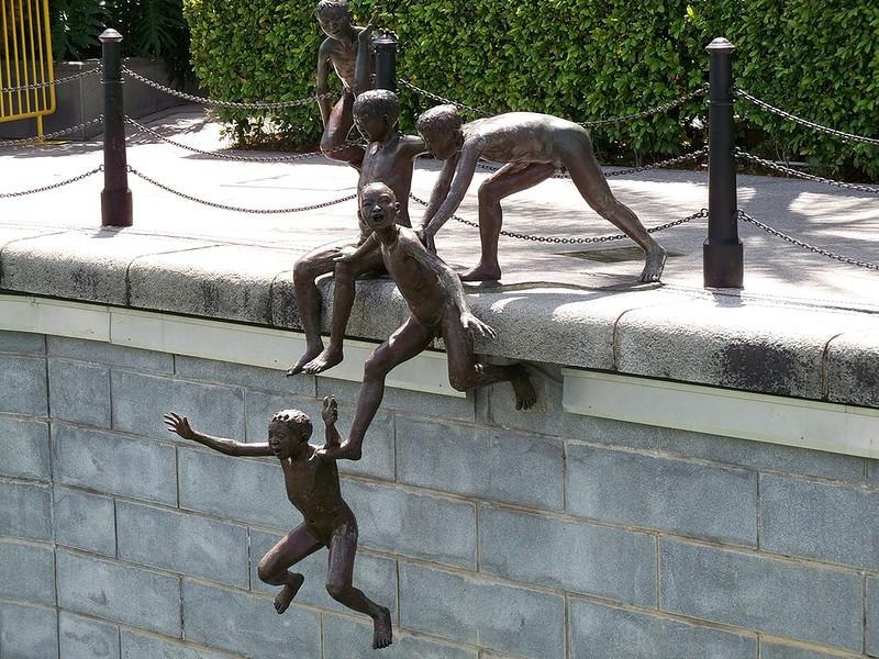 памятник детям в реке Сингапуре