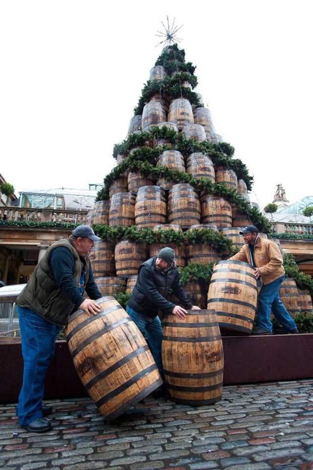 елка из бочек с виски