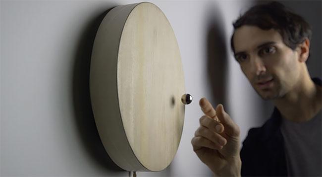 часы с магнитным шариком