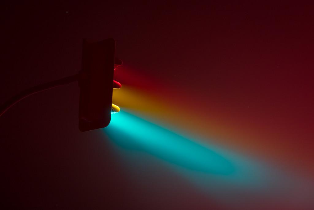 светофор ночью светит