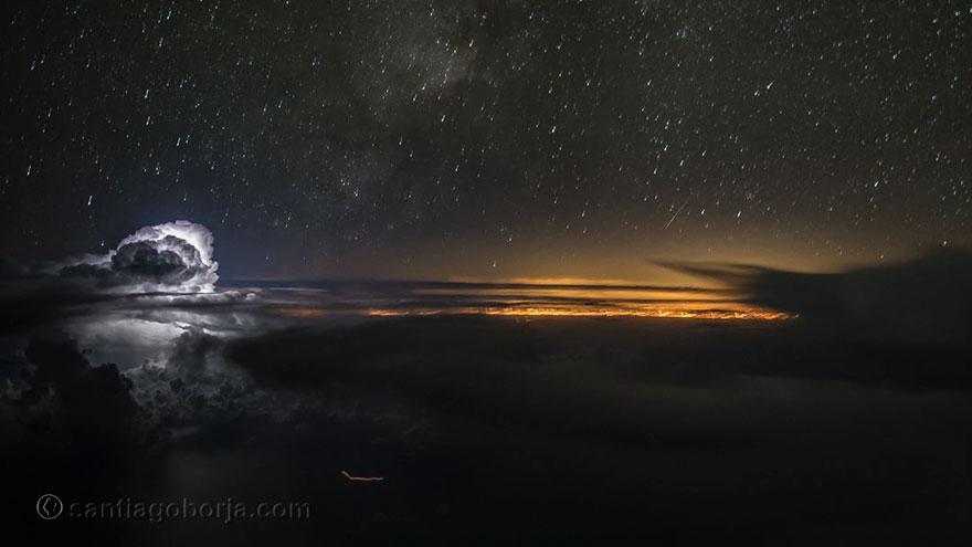 ночное небо из кабины самолета