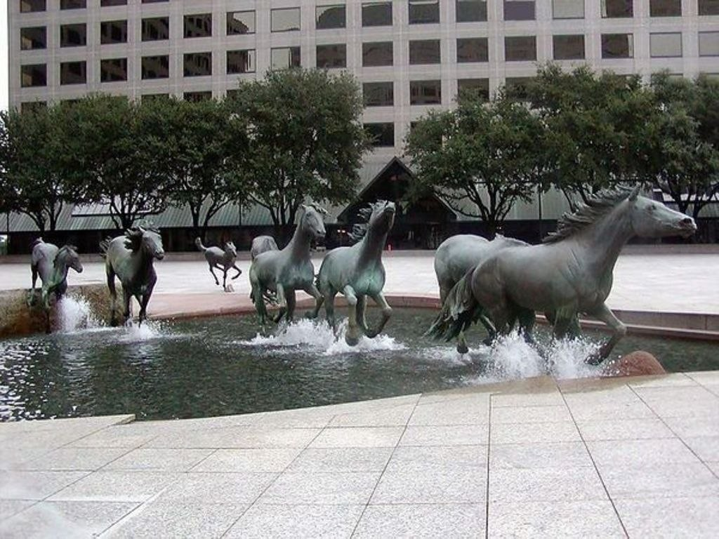 фонтан мустанги