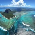 Потрясающий эффект подводного водопада на Маврикии