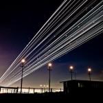 Фантастические следы от взлета самолетов в ночном небе